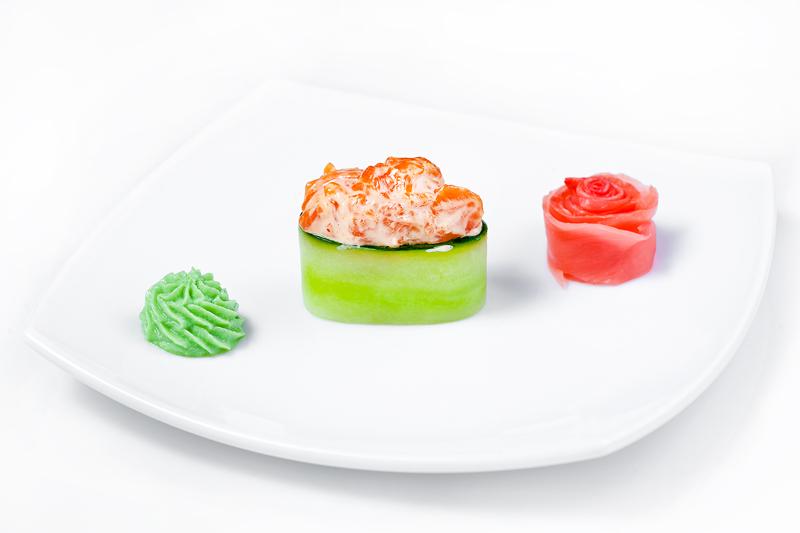 Спайс гункан с копченым лососем